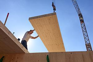 Film vom Aufbau eines Vollholzhauses